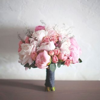 Букет невесты из пионов и кустовых роз «Яркая нежная»