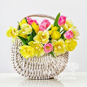 Корзина с жёлтыми тюльпанами